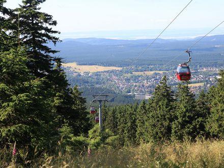 Zusehen ist die Wurmbergseilbahn und ein Panoramablick auf Braunlage.